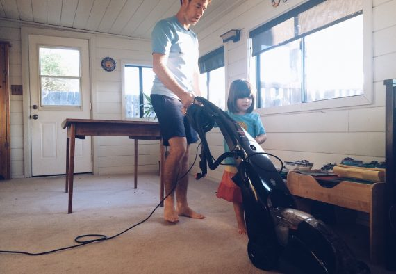 little-girl-helping-her-daddy-clean-the-house_t20_PokB98